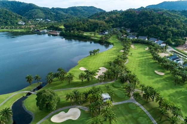 Vista aérea drone tiro de campo de golf hermoso