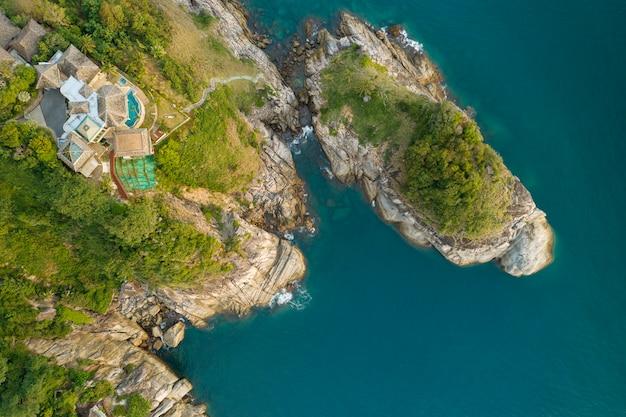 Vista aérea de un drone a vista de pájaro, foto de una villa moderna en una montaña.
