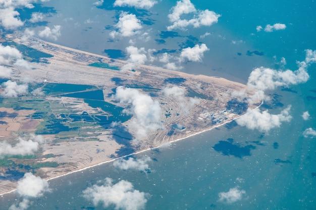 Vista aérea de dungeness incluyendo lydd y la reserva natural, kent, uk