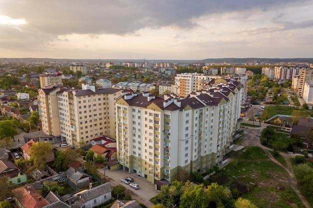 Vista aérea de edificios de apartamentos de varios pisos en zona residencial verde.