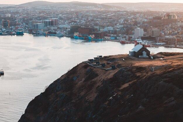 Vista aérea de los edificios de la ciudad en la montaña marrón durante el día