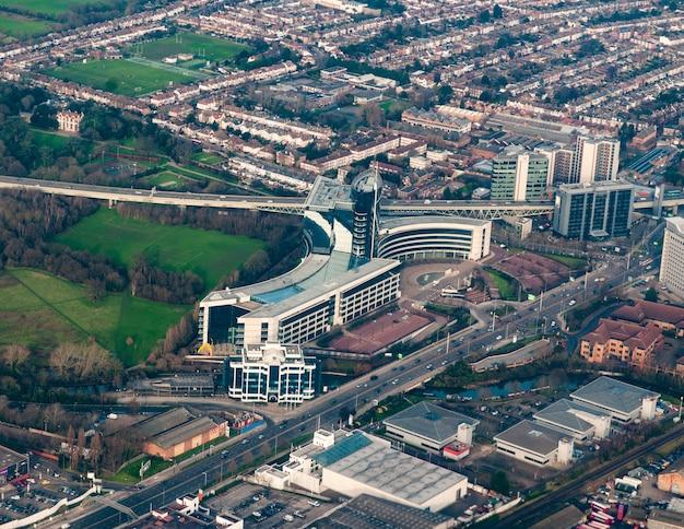 Vista aérea de edificios corporativos en el oeste de londres, reino unido