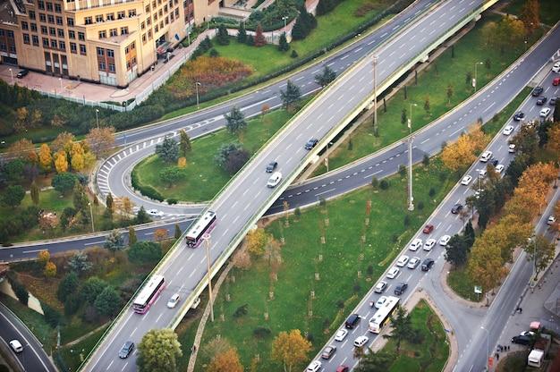 Vista aérea por encima de los cruces de carreteras al atardecer. el paso elevado de la autopista de intersección. estanbul