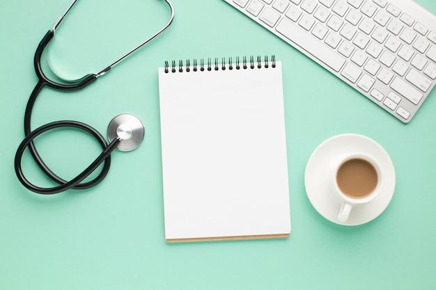 Vista aérea del escritorio médico con teclado inalámbrico
