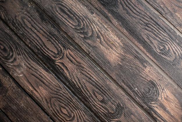 Vista aérea del espacio vacío sobre un fondo de madera oscura.