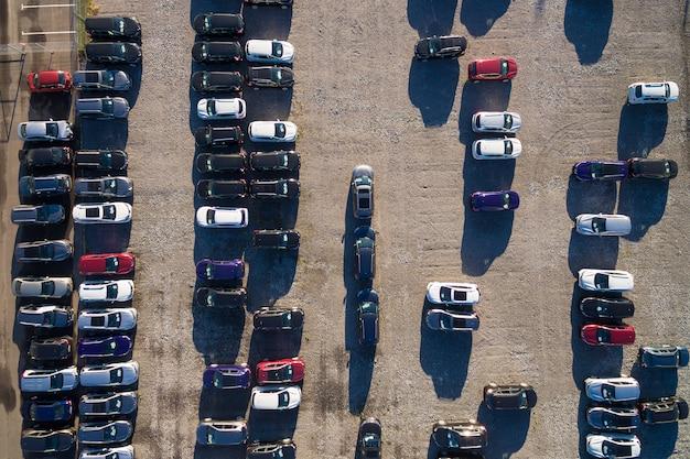 Vista aérea de un estacionamiento con muchos coches en filas. rusia, 2106