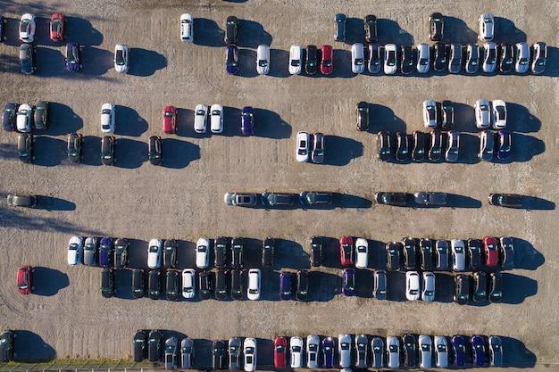 Vista aérea de un estacionamiento con muchos coches.