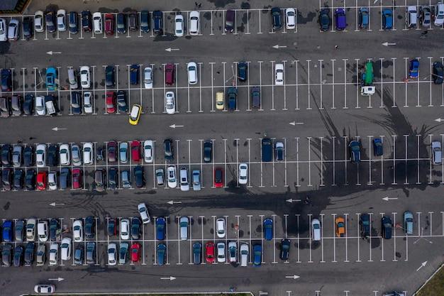 Vista aérea de un estacionamiento