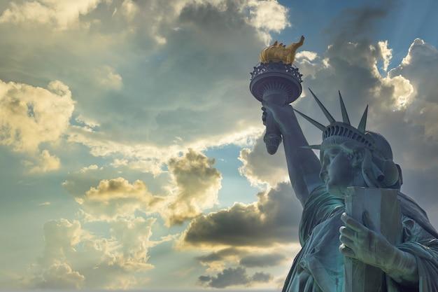 Vista aérea de la estatua de la libertad al amanecer en la isla de manhattan, nueva york, ee.