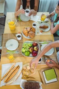 Vista aérea de la familia sentada en la mesa del desayuno