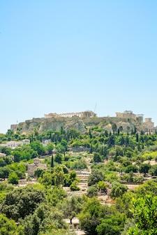 Vista aérea del famoso templo griego contra el cielo azul claro, la acrópolis de atenas en grecia