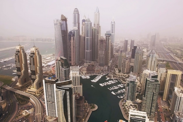 Vista aérea futurista de rascacielos residenciales en el paseo de dubai marina. dubai
