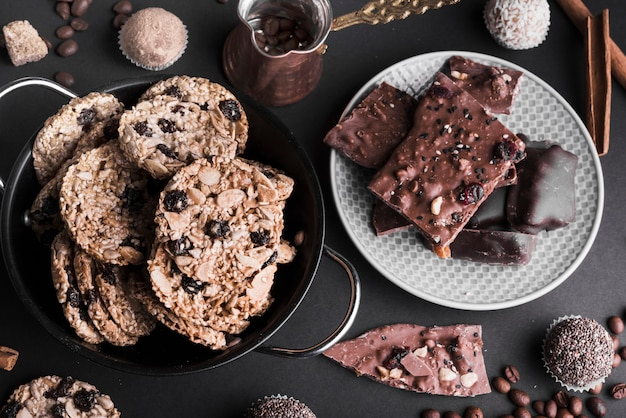Vista aérea de galletas de muesli de chocolate y trufas en gota negra