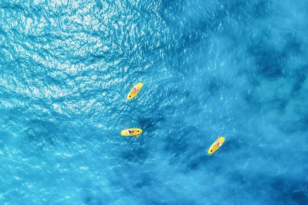 Vista aérea de la gente en kayaks en el mar azul