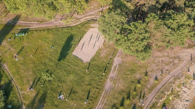 Vista aérea de la gente en un picnic en un parque de verano