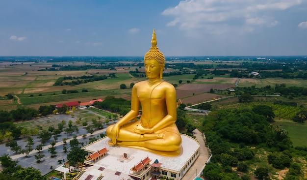 Vista aérea del gran buda de oro antiguo mediado en el templo wat muang, provincia de ang thong, tailandia, vista superior de ángulo alto de drone