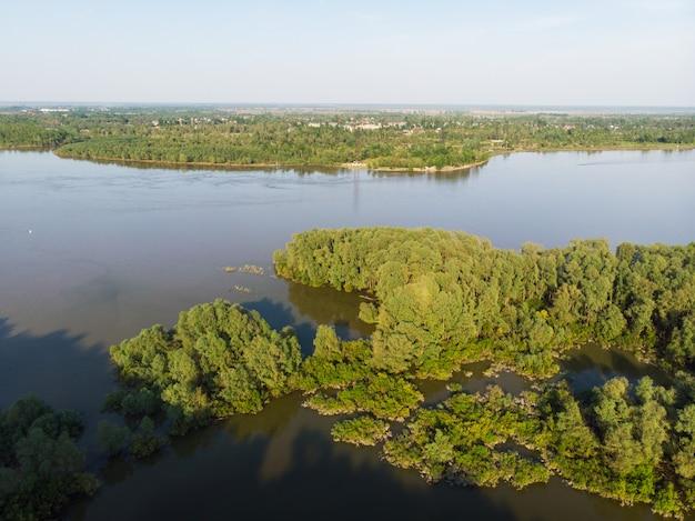 Vista aérea del gran río siberiano ob