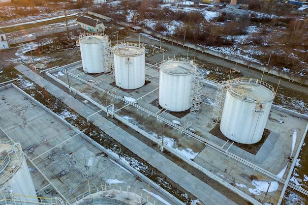 Vista aérea de grandes depósitos de combustible en la zona industrial de gasolina en invierno.