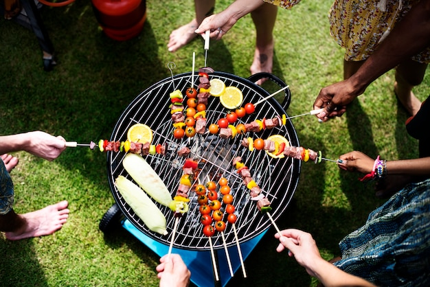 Vista aérea de un grupo diverso de amigos asando barbacoa al aire libre