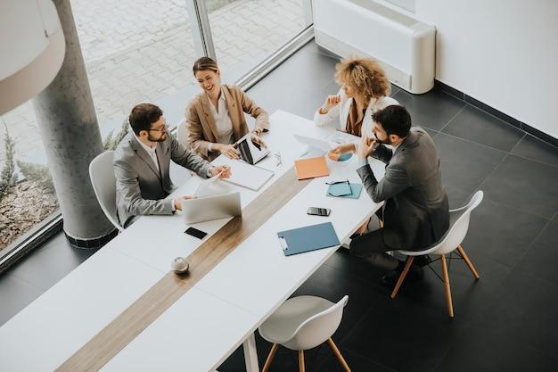 Vista aérea en el grupo de empresarios multiétnicos que trabajan juntos en la oficina