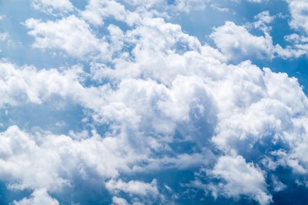 Vista aérea del grupo de gran nube y cielo desde el avión, concepto de viaje