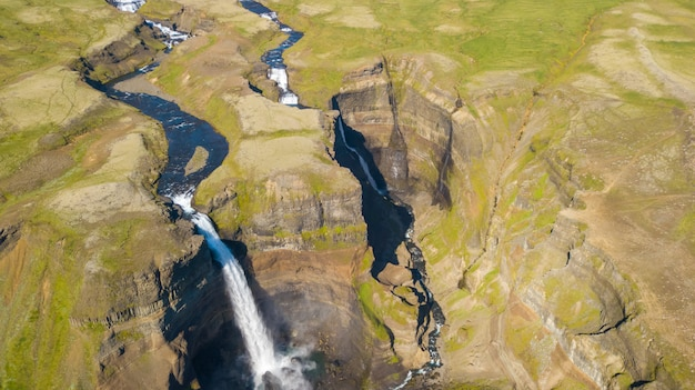 Vista aérea de la hermosa cascada haifoss, islandia, hora de verano