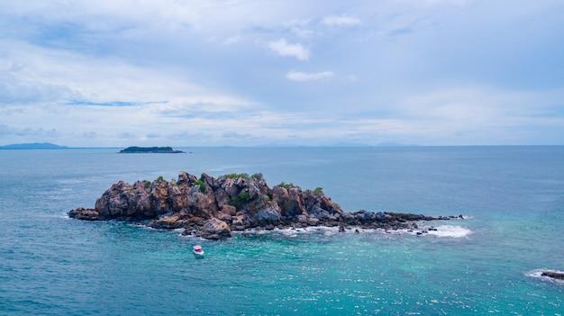 Vista aérea de la hermosa isla en el océano, sattahip tailandia.