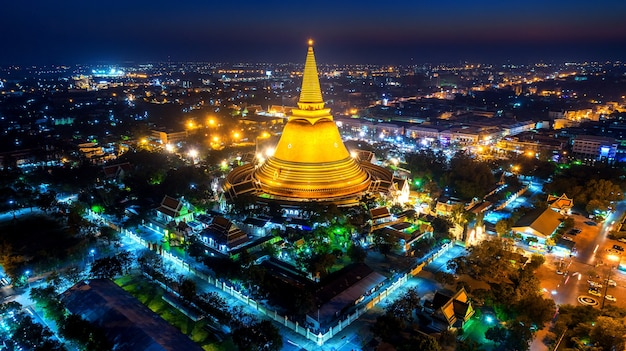 Vista aérea de la hermosa pagoda gloden en la noche. templo de phra pathom chedi en la provincia de nakhon pathom, tailandia.