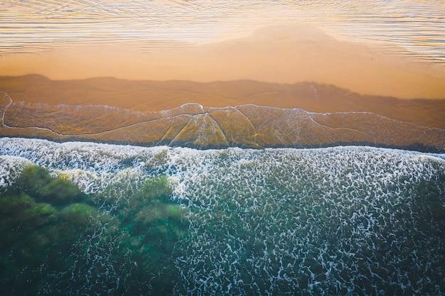 Vista aérea de la hermosa playa con aguas cristalinas