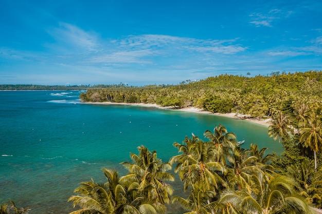 Vista aérea de una hermosa playa tropical con arena blanca y agua cristalina turquesa en indonesia