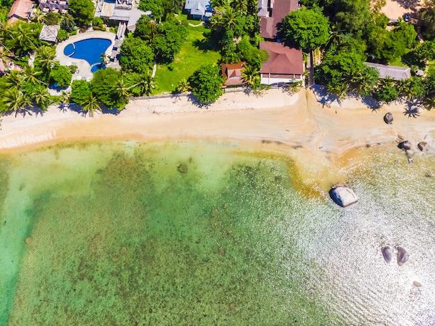 Vista aérea de la hermosa playa tropical y el mar