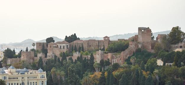 Una vista aérea de un hermoso casco antiguo con la fortaleza de málaga, españa