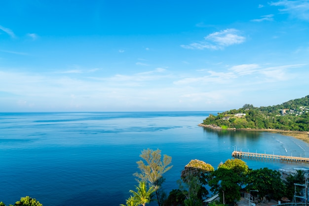 Vista aérea con hermoso paisaje de playa y mar tropical para viajar