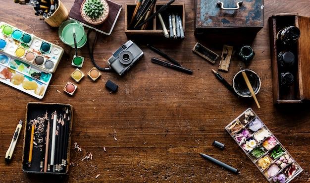 Vista aérea de herramientas de pintura artísticas euqipments en mesa de madera
