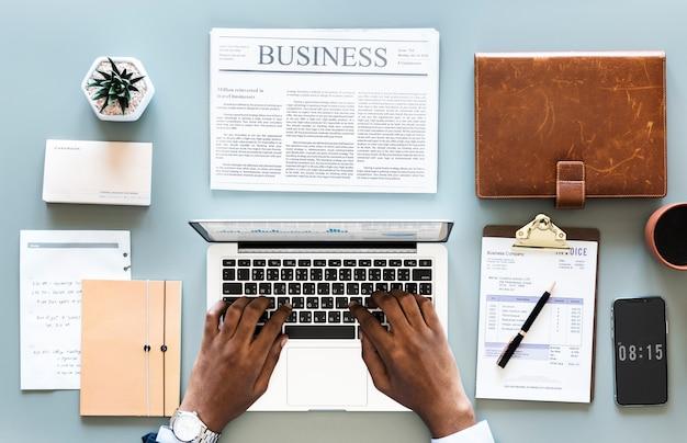 Vista aérea del hombre de negocios usando la computadora portátil