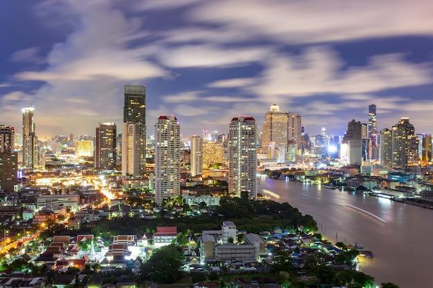 Vista aérea del horizonte de la ciudad de bangkok en la noche y los rascacielos del centro de la ciudad