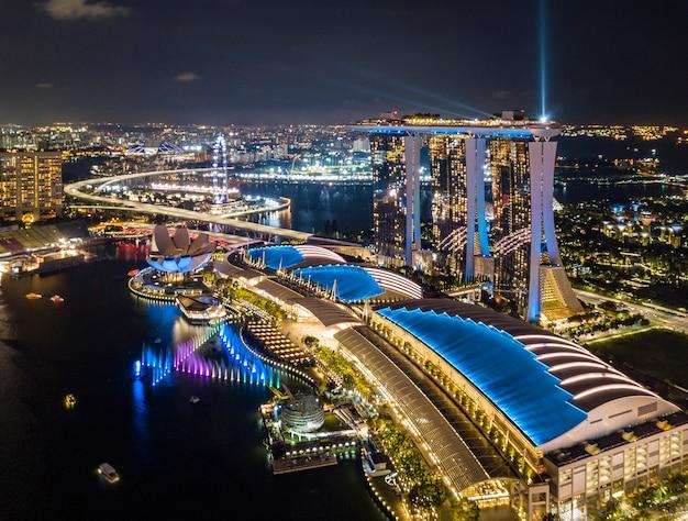 Vista aérea del horizonte de la ciudad de singapur en la noche