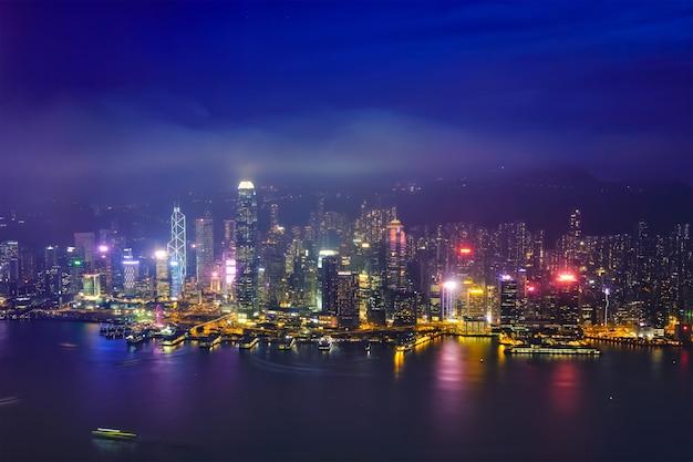 Vista aérea del horizonte iluminado de hong kong. hong kong, china