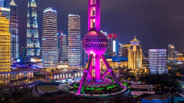 Vista aérea del horizonte y rascacielos de shanghai, la ciudad moderna de shanghai en china en el río huangpu.