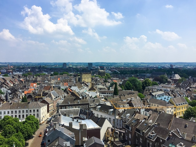 Vista aérea de la iglesia stjohn de la torre sint janskerk en el paisaje urbano de maastricht holanda