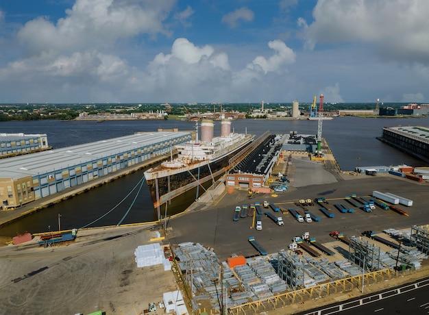 Vista aérea de la industria de los astilleros de grandes buques para reparaciones en el gran dique flotante en el río delaware, pensilvania, ee.