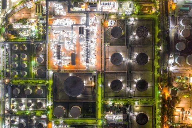 Vista aérea de la industria de petróleo y gas - refinería en el crepúsculo