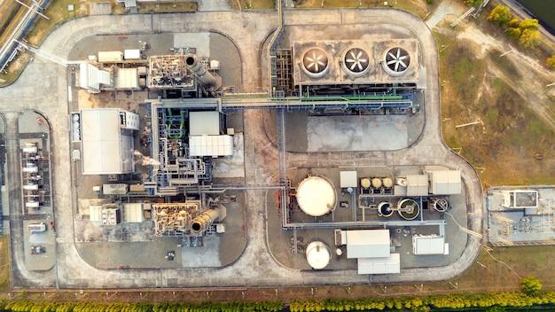 Vista aérea de las instalaciones de la industria de petróleo y gas para el almacenamiento de productos petroleros y petroquímicos. energía de refinería de petróleo y gas y energía de combustible. concepto de ingeniería.
