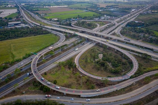 Vista aérea de intercambio de autopistas de paso elevado.