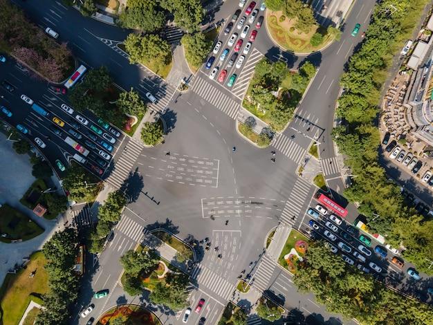 Vista aérea de la intersección de carreteras de la ciudad