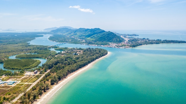 Una vista aérea de la isla de lanta noi y la isla de lanta con el puente siri lanta,