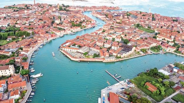 Vista aérea de la isla de murano en el mar de la laguna veneciana desde arriba, italia