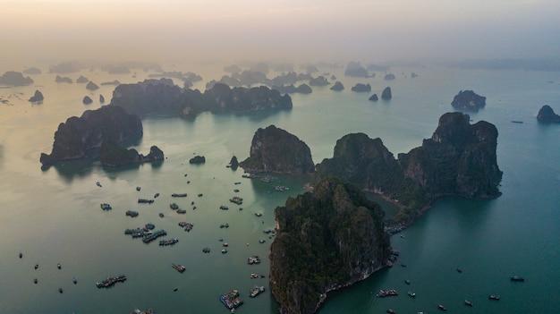 Vista aérea isla de roca en la ciudad de halong bay
