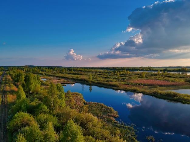 Vista aérea de un lago con árboles verdes