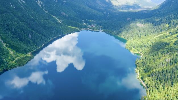 Vista aérea del lago de las montañas tatra.